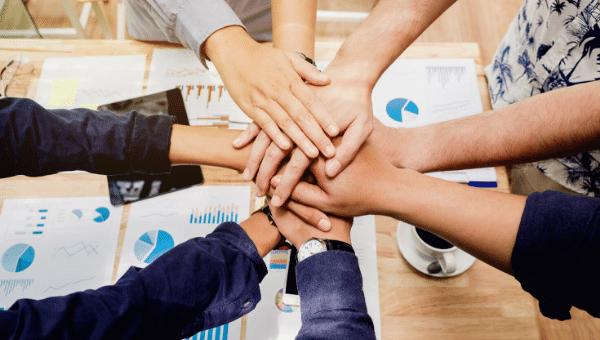 Arbeiten im Homeoffice und Team-Spirit und Zusammenarbeit